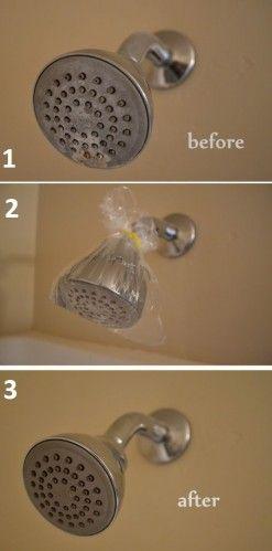 Evinizde yapabileceğiniz ilginç temizlik yöntemleri! Poşete sirke dökün ve duş başlığını sabitleyin. Bir saat sonra ıslatın ve ıslak havlu ile temizleyin.