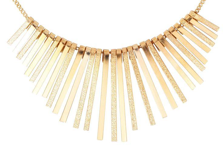 Material: Kurze, goldfarbene Kette mit langen, beweglichen Elementen in mattem und glänzendem Gold. Länge: 40,5 - 48,5 cm Breite: max.5,5 cm