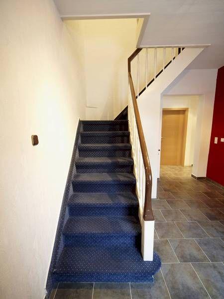 Laminat auf Treppen verlegen, vorher Teppichboden, Foto: BHK Holz- und Kunststoff KG H. Kottmann