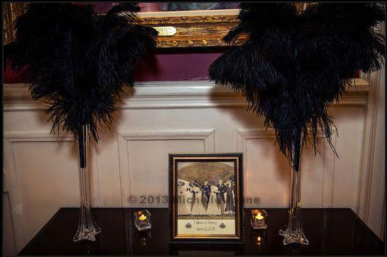 Art Deco wedding welcome sign and ostrich feather centerpieces. centre avec des plumes, déco table livre d'or