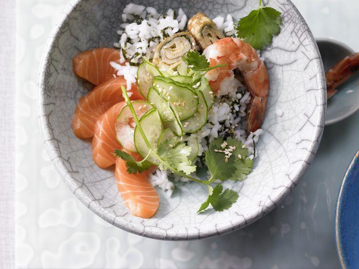 Sushi aus der Schüssel - mit Gurke, Lachs, Omelett und Garnelen   Kalorien: 525 Kcal - Zeit: 1 Std. 30 Min.   http://eatsmarter.de/rezepte/sushi-schuessel