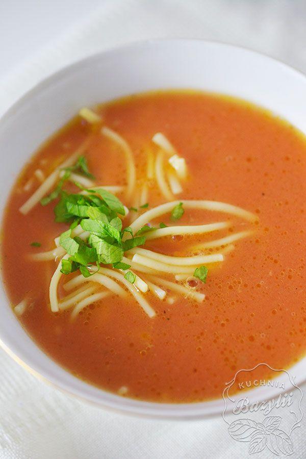 Pyszna, kultowa pomidorówka! Zupa pomidorowa na stołach gości zazwyczaj w poniedziałki, kiedy zostanie niedzielny rosół, bo na jego bazie jest najlepsza.