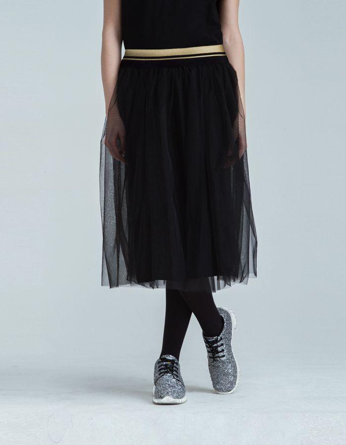 Black Tulle - Skirt-   169,00 € cad. -  DESCRIZIONE PRODOTTO  Gonna in tulle in tinta unita nera rifinitura in lurex oro fodera interna in jersey elasticizzato nero