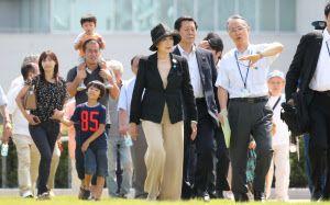 地域住民の見学会が行われた豊洲市場を訪れた小池都知事(中央)=9日午前、東京都江東区