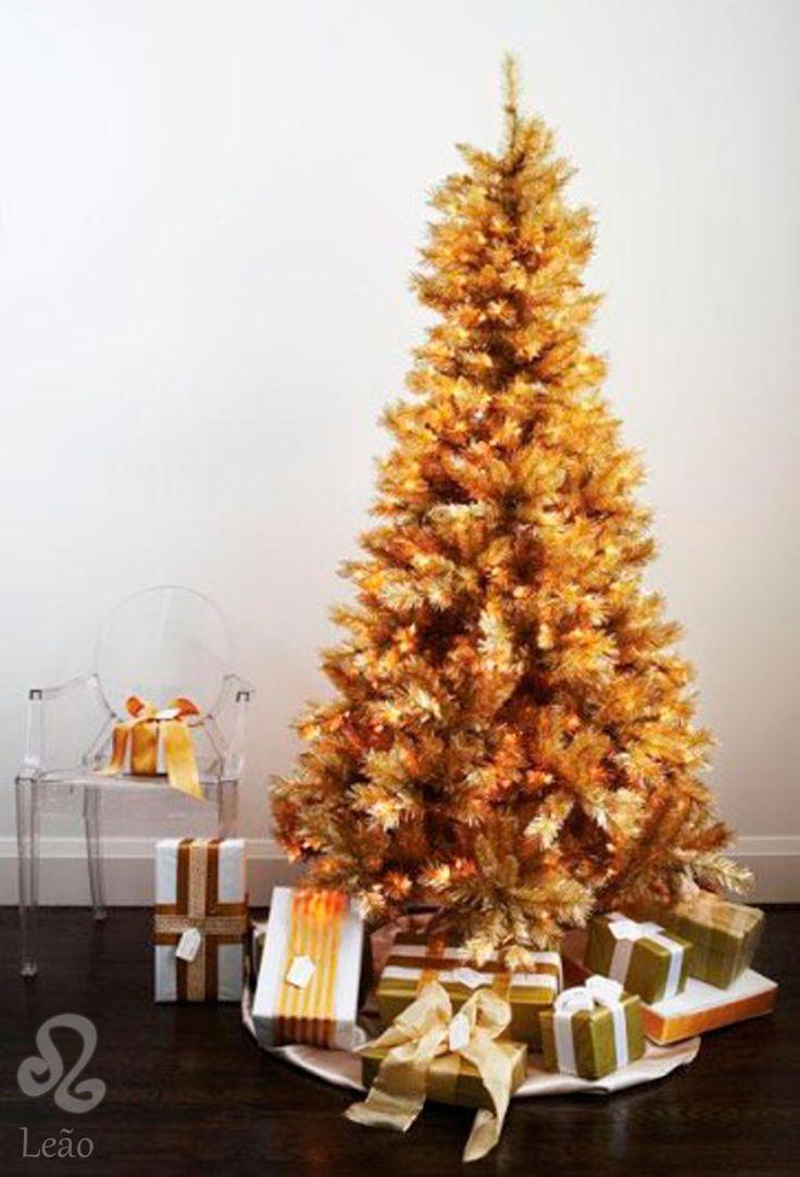 Árvores de Natal para cada signo do zodíaco - O Leonino é magnifico, real e poderoso. Daí, sua única cor: o dourado. Então, o pinheiro artificial precisa abusar do ouro. A árvore tem que ser vistosa, grande e impactante. Se for possível ter uma cadeira do Philippe Starck, como essa Ghost, ao lado...tanto melhor.