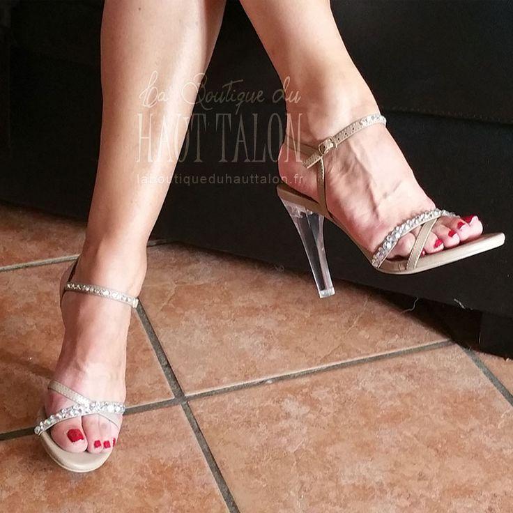 Sympa les sandales clearly-415, un must pour les filles qui aiment porter des hauts talons à la mode, découvrez nos collections Fabulicious en vente sur le site La Boutique du Haut Talon.
