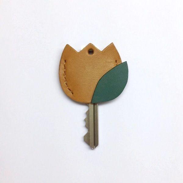鍵を開ける時に微笑むその一瞬が、皆さまの疲れを少しでも癒してくれますように。と願って制作いたしました。鍵の頭にかぶせて、キーナンバーを隠すセキュリティ対策としてもお役立ちいただけるキーヘッドカバー☆▼使用できる鍵のサイズはこちら→頭の幅:2.6cm以内、鍵穴に挿し込む方の幅:1.3cm以内。●カラー:黄色、緑●サイズ:縦3.3cm×横3.8cm●素材:牛革●注意事項:総手縫・床面処理・コバ処理・ワックス仕上げの作業工程を経て制作しております。天然素材のため漉き筋などが含まれることがあります。再販の場合、ミリ単位での誤差が生じる場合がございます。●作家名:ACOROND#キーカバー #レザー #牛革 #本革 #レディース #女性用 #かわいい #大人可愛い #おしゃれ #レザークラフト #革小物 #贈り物 #プレゼント #キーヘッド #キーホルダー #キーケース #スマートキーカバー #鍵 #キーキャップ #新感覚アクセサリー #手縫い #キーリング #人気 #再販 #ハンドメイドキーカバー #handmade…