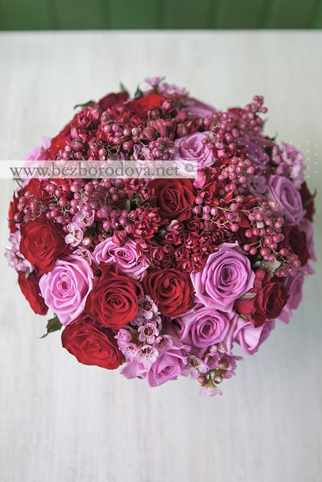 Красный свадебный букет из роз с розовым восковником и ягодами перечного дерева