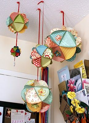 3D paper balls...HOW TO @ http://howaboutorange.blogspot.com/2011/11/how-to-make-3d-paper-ball-ornaments.html