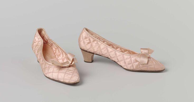 Pump of huisschoen van doorgestikte roze satijn met platte strik, Vend�me, ca. 1930 - ca. 1970