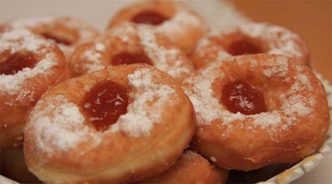 1 kghladká mouka 50 gdroždí 50 gmáslo 50 gkrystalový cukr 600 mlmléka 2 lžícerum 300 gmeruňková marmeláda 1 dlolej 3 ksvejce