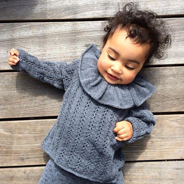 And someone sweet #rabarberslåom #roobarbwrapblouse #knitting #knitforkids #babyknits #barnestrikk #babystrikk #jentestrikk #guttestrikk #knittingforolivesmerino #knittingforolive