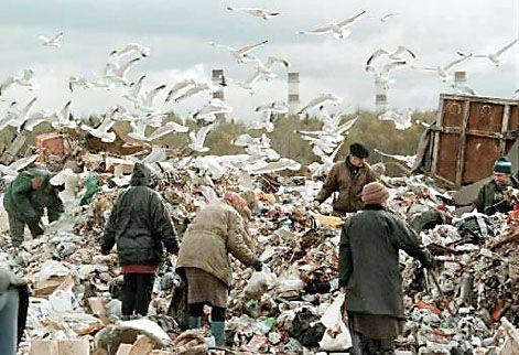 Armoede Rusland. Daklozen doorzoeken vuilnisbelt in de hoop voedsel te vinden.