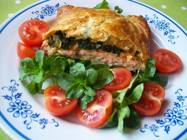 Monia miesza i gotuje: Łosoś ze szpinakiem zapiekany w cieście francuskim