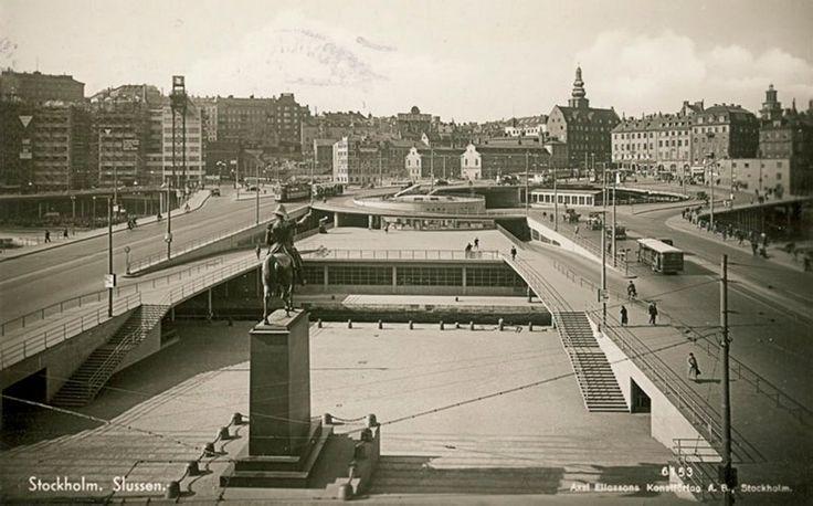 Stockholms digitala stadsmuseum — Karl Johans Torg åt söder mot Slussterrassen och Norra Slingan i Slusskarusellen. 1936