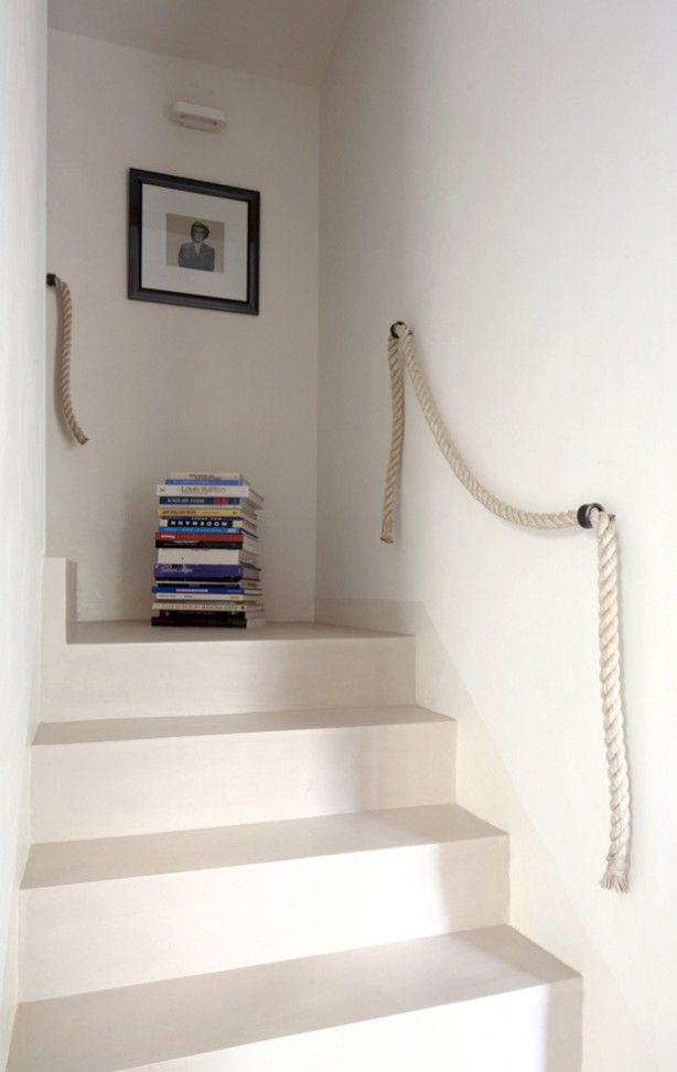 mooie strakke trap net een tint donkerder dan de muur. stootrand bij de muur in dezelfde tint