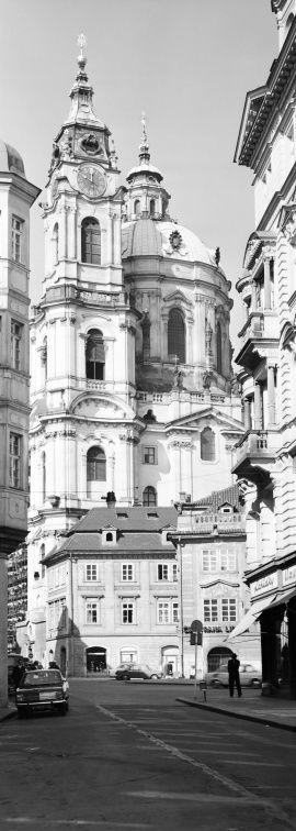 Pohled na věže chrámu sv.Mikuláše (5601-1) • Praha, září 1967 • | černobílá fotografie, z Mostecké ulice, slunce, věže |•|black and white photograph, Prague|