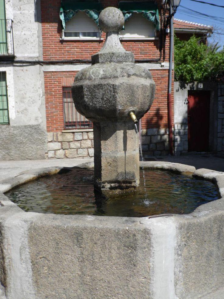 Hinojosa de San Vicente (Toledo) Pilón circular junto a la iglesia.