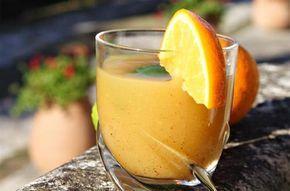 Punch à la tahitienne - 1 l de rhum vieux - 30 cl de grand marnier - 3 l de jus d'orange - 3 l de jus d'ananas - 2 citrons verts - 1 gousse de vanille - 30 cl de sirop de canne - Mélangez les rhums, le grand marnier, les jus de fruits et le sirop de canne. Fendez la gousse de vanille en 2 et récupérez les graines. Ajoutez-les à la prép. avec la gousse. Lavez les citrons et coupez-les en quartiers. Pressez-les dans le mélange et les mettre dans la prép. Laisser reposer qq heures.
