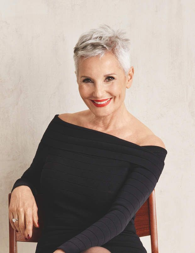 Un gris lumineux C'est la tendance capillaire de cette saison, à afficher à tous âges. Retrouvez tous nos conseils pour porter les cheveux gris.