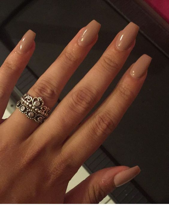 Cremnägel und ein tolles Ringdesign – Nägel