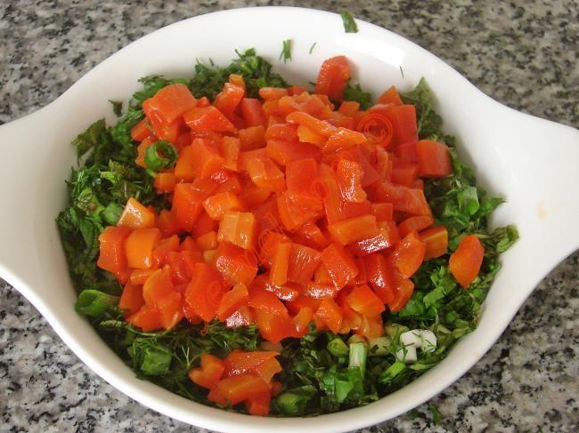 Yeşillikli Közlenmiş Kırmızı Biber Salatası Resmi