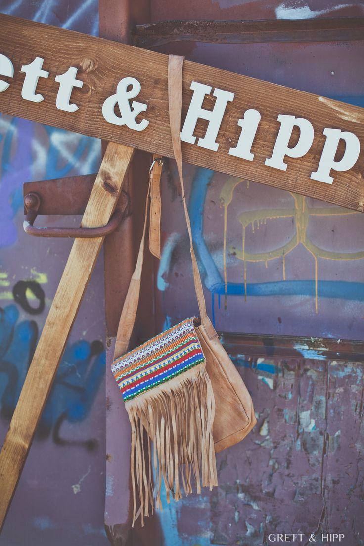 ... Al 50% ...  Este #bolso de cuero fabricado en Marruecos con personalización en #tela azteca, ahora, en los últimos días de #rebajas, al 50% de descuento.   Una edición limitada, que ahora podrás lucir a un #precio increíble. http://grettandhipp.com/tienda/bolsos/bolso-cuero-6/  Feliz jueves  Equipo Grett & Hipp