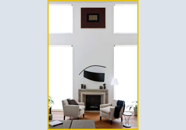Il salone sul cui camino aleggiano una scultura in legno di Roberto Almagno e un olio di Marco Tirelli dei tardi anni Novanta.