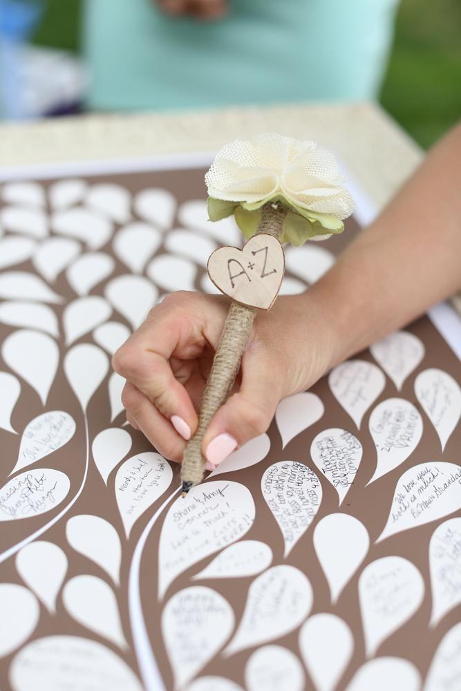 Adorable livre d'invités en pétales ! #mariage #DIY #inspiration > D'autres idées sur http://blog.notremariage.net/