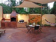 Barcelona? Erraten Sie noch einmal: Dieses Paar aus Arizona beschwor den spanischen Stil in seinen Garten, um diesen wunderschönen Ziegelhof mit einem eingebauten …