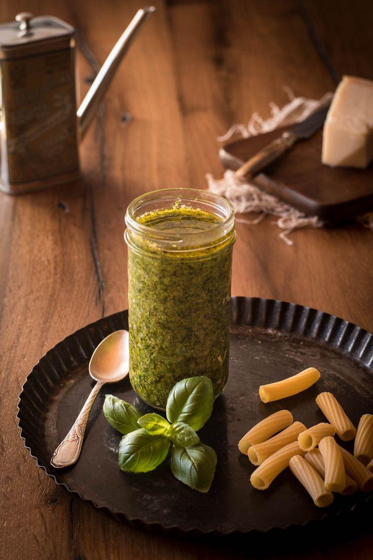 Hausgemachtes Basilikumpesto schmeckt nicht nur zu Pasta sondern auch wunderbar auf Brot, zu einem Tomate-Mozzarella Salat, zu Fisch und Fleisch