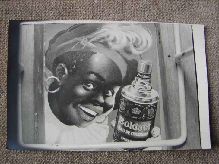 Zwarte Piet met fles Boldoot Eau de Cologne