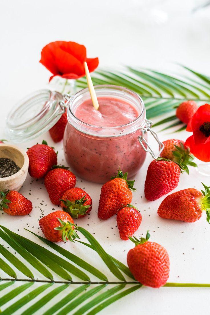 Recette healthy , crufiture banane fraise gingembre et graine de chia - plus de recettes saines sur www.plumeetcaramel.com