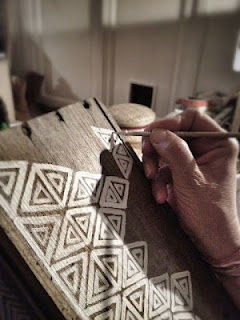 motifs géométriques simples sur planche en bois flotté.