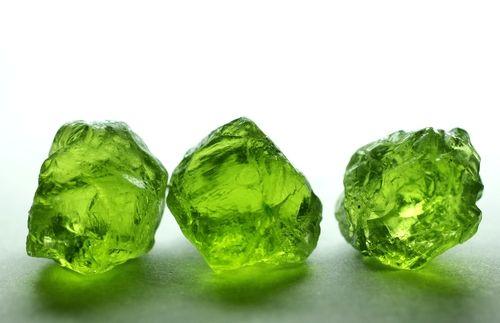 5月4日 誕生日石は「ペリドット原石」 宝石からのメッセージは「偉大な力」 月の誕生石でもあるペリドットは「太…