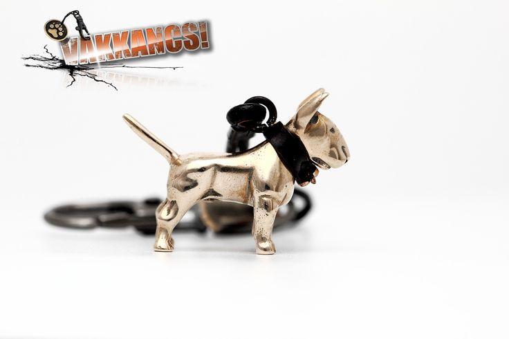 Tömör szoborbronzból készült bullterrier miniszobor kutyás kulcstartó.