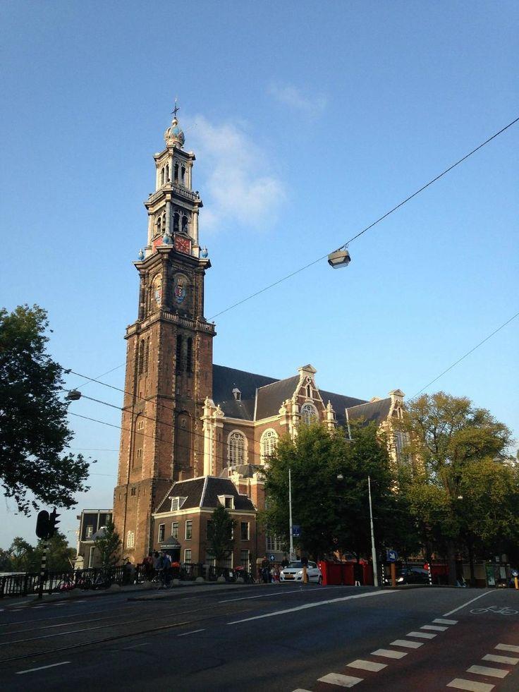 Igreja West em Amsterdam, Países Baixos. A igreja protestante mais importante dos Países Baixos é uma bela igreja renascentista localizada ao lado da Casa de Anne Frank.  Fotografia: andkarpov.  https://www.tripadvisor.com.br/Attraction_Review-g188590-d190581-Reviews-West_Church_Westerkerk-Amsterdam_North_Holland_Province.html#photos;geo=188590&detail=190581&ff=111342872&albumViewMode=hero&albumid=101&baseMediaId=111342872&thumbnailMinWidth=50&cnt=30&offset=-1&filter=7