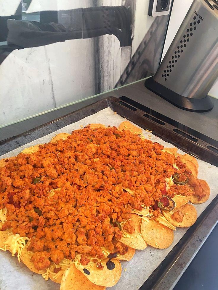 Taco tacos NACHO pizza: recept: 1 påse natchos 1/2 burk tacosås  1 påse riven ost  1 låsa tacokrydda 800g kycklingfärs  Valfri sallad Spenat, rödlök, paprika, avokado, tomat  Vitlökssås: 300g kvarg 1,5 vitlöksklyftor Salt & peppar