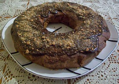 Torta di nocciole e noci con cacao e guarnizione di cioccolato fuso e granella di amaretti -  http://chebirba.blogspot.it/2013/10/torta-di-nocciole-e-noci-con-cacao.html