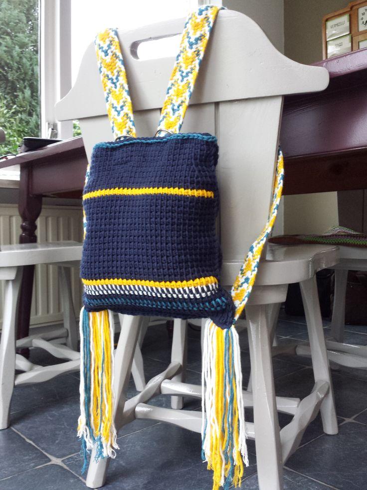 Kumihimo rugzakje. gehaakt in tunische basissteek met Durable Cosy en schouderbanden gevlochten met vierkante Kumihimo schijf