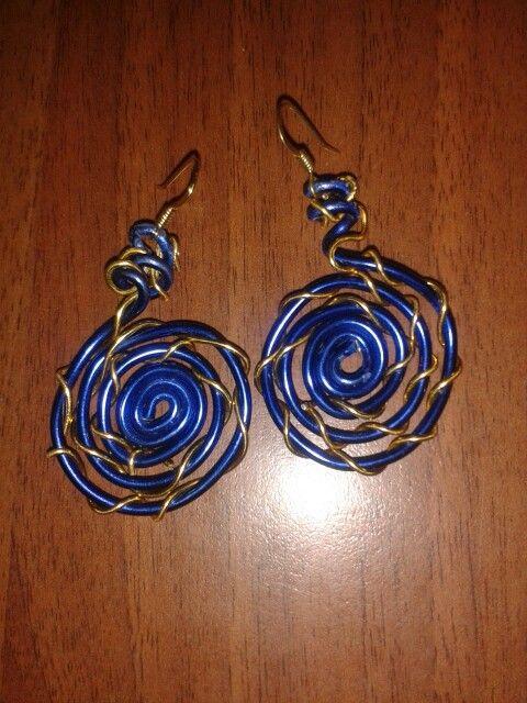 Orecchini in filo di alluminio blu e oro