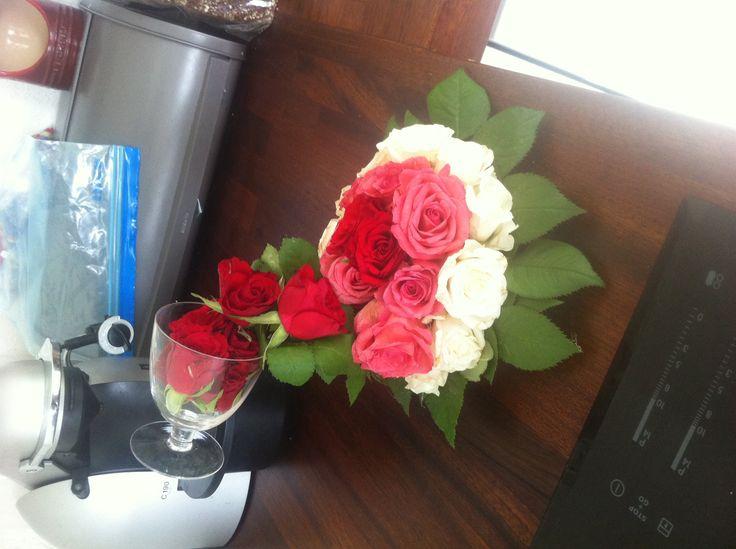 Copa de vidrio derramando flores en un plato
