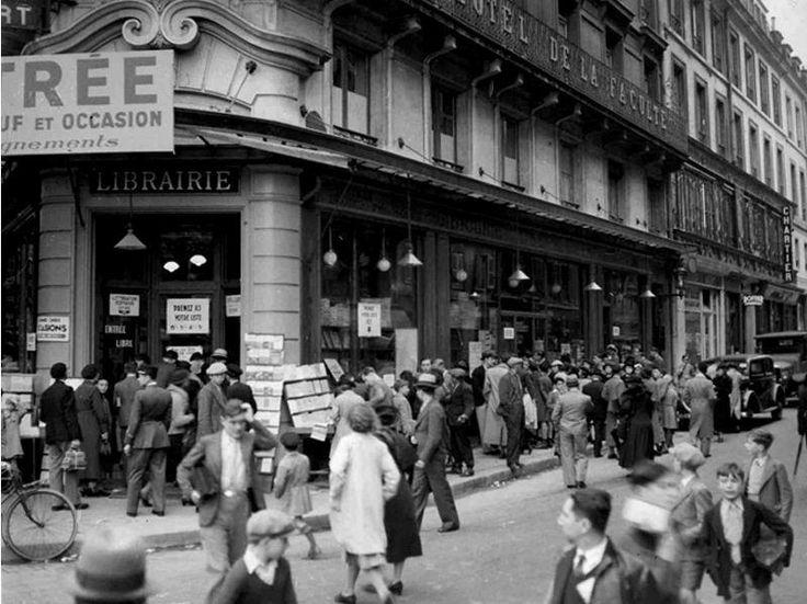 La Librairie Joseph Gibert où les élèves venaient revendre les livres scolaires de l'année passée et acheter les nouveaux livres demandés pour la rentrée. / Boulevard Saint-Michel. / Paris. / France.