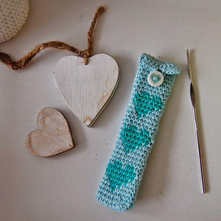 Een gratis haakpatroon van met tapestry gehaakte hartjes. Waar je bijvoorbeeld een leuke etui voor je haaknaalden mee kan maken. Veel haakplezier!
