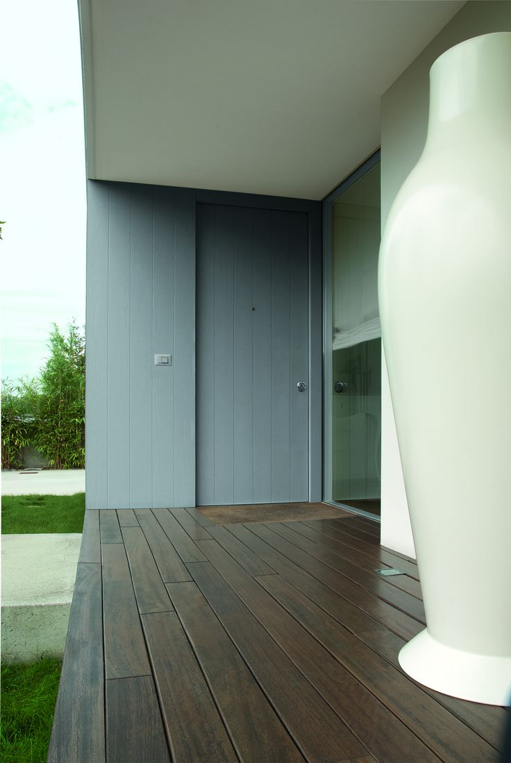 Evolution grey door with Synua Wall System by Oikos Venezia.  www.oikos.it