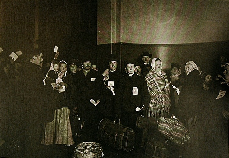 """Slovak group, Ellis Island"", Pittsburgh, 1907, TRACHTENBERG, Allan ed., America and Lewis Hine, New York, Aperture, 1977."