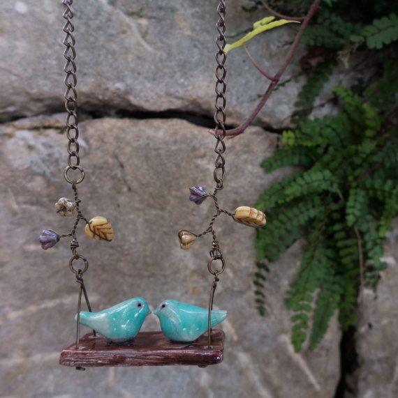 Collana in ceramica raku con ciondolo a forma di altalena con coppia di uccellini innamorati a primavera, catena in ottone e fiori in vetro by LaGrenouilleCeramica #italiasmartteam #etsy