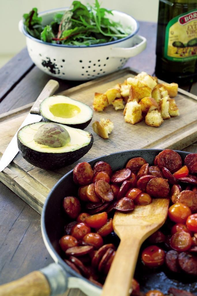 Salata cu chorizo / 60ml ulei de masline  1 paine ciabatta, maruntita  160g chorizo, taiat  250g rosii cherry, injumatatite  30ml otet balsamic  putin zahar  sare si piper  2 avocado, injumatatiti, fara samburi  150g frunze de salata