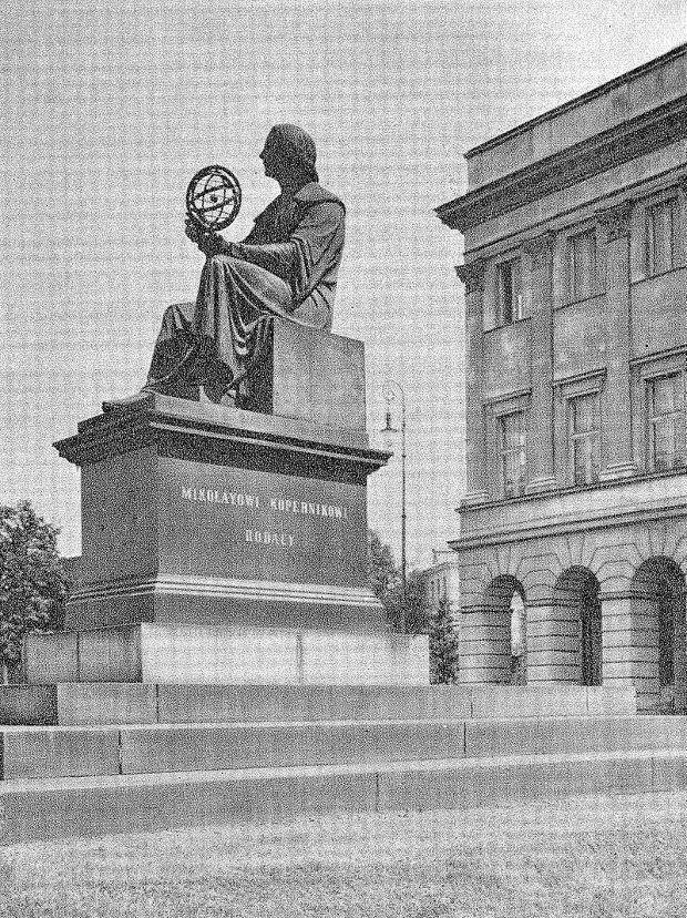 Pomnik Mikołaja Kopernika, miejsce najsłynniejszej akcji Dawidowskiego. W 1940 roku widoczny na fotografii napis MIKOŁAYOWI KOPERNIKOWI RODACY został zasłonięty tablicą z napisem w języku niemieckim DEM GROSSEN ASTRONOMEN NIKOLAUS KOPERNIKUS