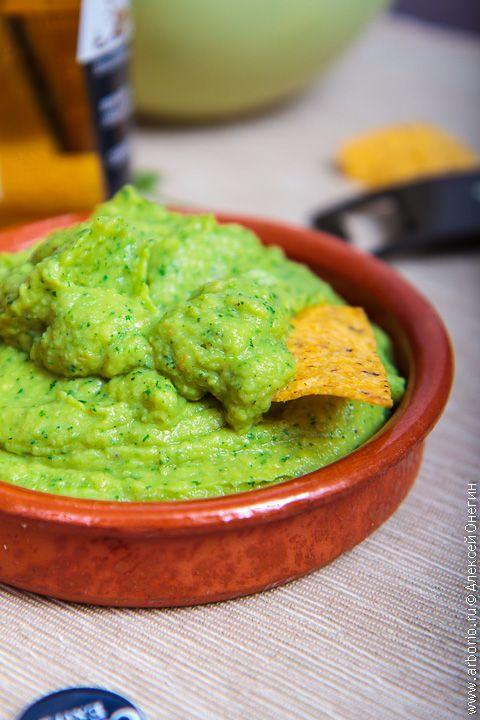 Вкус соуса гуакамоле мало похож на все то, к чему мы привыкли: это освежающая, маслянистая, слегка пикантная история, которую нужно приготовить хотя бы однажды.